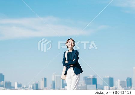 カジュアルスーツのミドル女性 青空 38043413