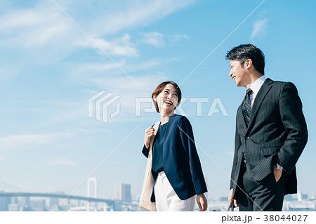 ビジネススーツ ミドル男女 青空 38044027