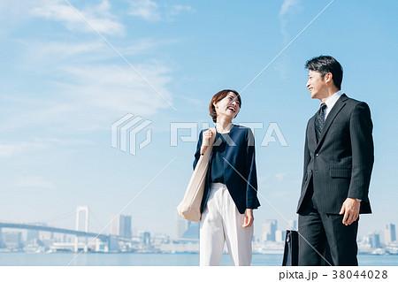 ビジネススーツ ミドル男女 青空 38044028
