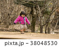 冬に公園を散歩する女の子 38048530
