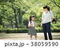 親子 小学生 登校の写真 38059590