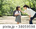 親子 小学生 登校の写真 38059598
