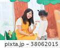 人物 保育士 女の子の写真 38062015