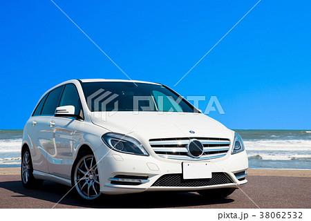 真夏のドライブイメージ (白い車と海と青空) 38062532