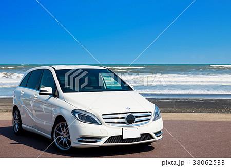 真夏のドライブイメージ (白い車と海と青空) 38062533