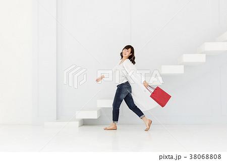 ファッション・買い物をする女性 38068808