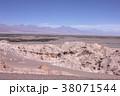南米チリ北部アンデス山麓、アタカマ砂漠にある「月の谷」の険しい岩場と背景に初夏のアンデスを見る 38071544