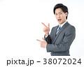 指さしをするビジネスマン 38072024