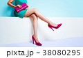 爽やかなファッション。エメラルドグリーンのワンピースにピンクのバッグと靴の女性 38080295