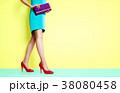 靴とバッグのファッションイメージ。カラフルなファッションで歩く女性 38080458