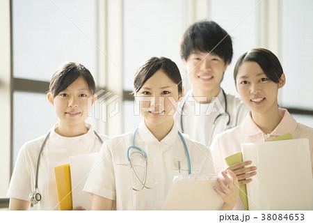 病院で微笑む看護師 38084653