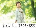 新緑の中で微笑む女性 38084855