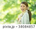 新緑の中で微笑む女性 38084857