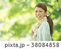 新緑の中で微笑む女性 38084858