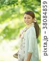 新緑の中で微笑む女性 38084859