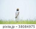 草原に佇む女性の後姿 38084975
