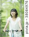 森林の中で自転車に乗る女性 38084976