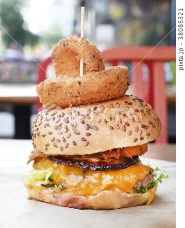 ハンバーガー アメリカ バーガー 断面 オーガニック 大きい チーズバーガー アメリカ 38086321