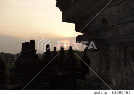 世界遺産 ボロブドゥール遺跡の夕焼け インドネシア ジャワ島 ジョグジャカルタ 38086465