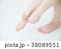 ストッキングを履く女性 38089551