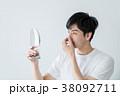 鼻を気にする男性 38092711