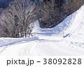北海道の白い雪道 38092828