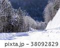 北海道の白い雪道 38092829