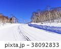 北海道の白い雪道 38092833