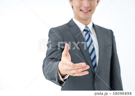 握手をするビジネスマン 38096898