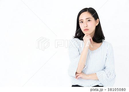 カジュアルな女性 白バックイメージ 38105080