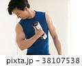 ダンベルで筋トレをする若い日本人男性 38107538