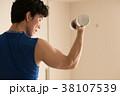ダンベルで筋トレをする若い日本人男性 38107539
