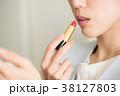 口紅を塗る若い女性の口元 38127803