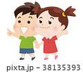 笑顔で手をつなぐ男の子と女の子 38135393