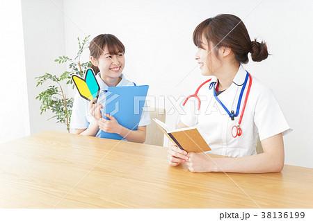 若手の看護師 38136199