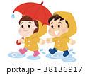 水たまりを歩く雨具を着た男の子と女の子 38136917