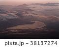 富士山頂から見る夜明けの山中湖 38137274