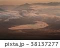 富士山頂から見る夜明けの山中湖 38137277