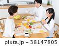 若い家族(食卓) 38147805