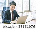 パソコンを使うミドルビジネスマン 38161976