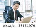 パソコンを使うミドルビジネスマン 38161979