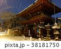 夜の雪景色の神田明神 38181750