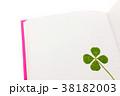白いページの本とクローバーの栞 38182003