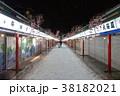 夜の雪景色のひっそりとした浅草寺仲見世商店街 38182021