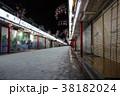 夜の雪景色のひっそりとした浅草寺仲見世商店街 38182024