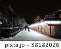 夜の雪景色のひっそりとした浅草寺仲見世商店街 38182026