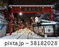 夜の雪景色のひっそりとした浅草寺仲見世商店街 38182028