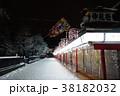 夜の雪景色のひっそりとした浅草寺仲見世商店街 38182032