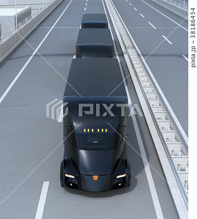 高速道路に縦列走行している黒色の自動運転電動トラック 38186454
