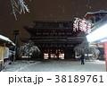 雪の夜の浅草寺宝蔵門 38189761
